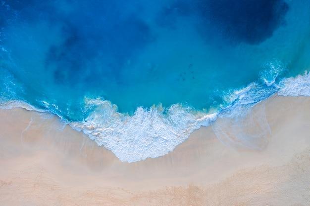 Vista aerea della spiaggia di kelingking nell'isola di nusa penida, bali in indonesia.