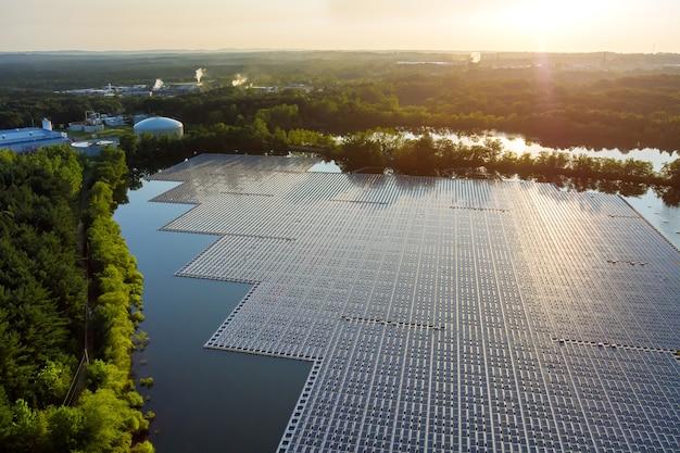 Vista aerea del lago in piattaforma di celle di pannelli solari galleggianti su elettricità alternativa rinnovabile