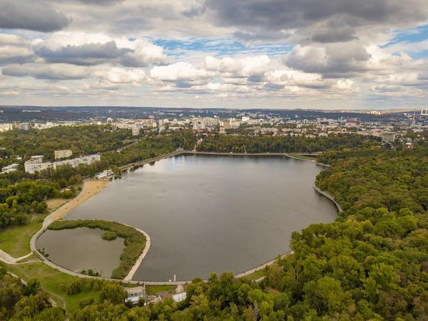 Vista aerea di un lago in un parco con alberi di autunno.