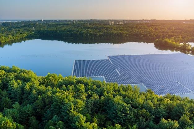 Vista aerea del lago in elettricità alternativa rinnovabile su piattaforma di celle di pannelli solari galleggianti