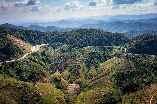 Valle della montagna del paesaggio di vista aerea e sopra fondo astratto della strada dalla macchina fotografica del drone