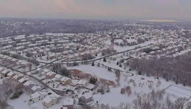 Vista aerea del paesaggio della cittadina ricoperta di neve bianca di meraviglioso paesaggio invernale