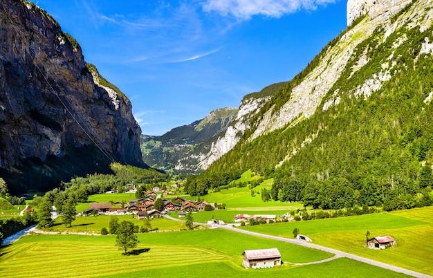 Vista aerea della valle di lauterbrunnen a stechelberg. famosa meta di viaggio in svizzera