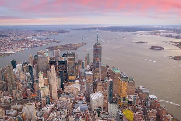 Vista aerea dello skyline di manhattan al tramonto, new york city negli stati uniti