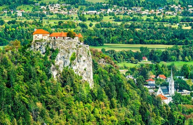 Vista aerea del castello medievale e della chiesa di san martino a bled, slovenia