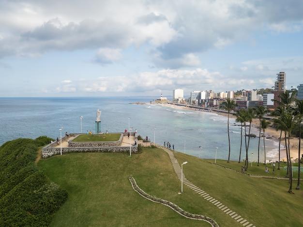 Vista aerea di morro do cristo e la spiaggia di barra a salvador bahia.
