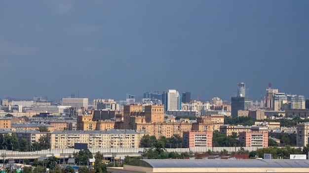 Vista aerea della città di mosca. centro di mosca. tetto della casa Foto Premium