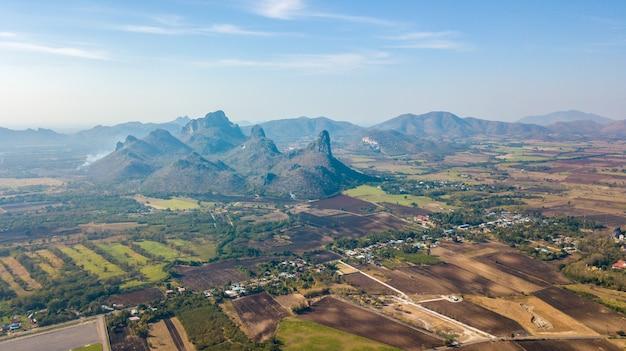 Zona di montagna e agricoltura di vista aerea per la piantagione di girasole