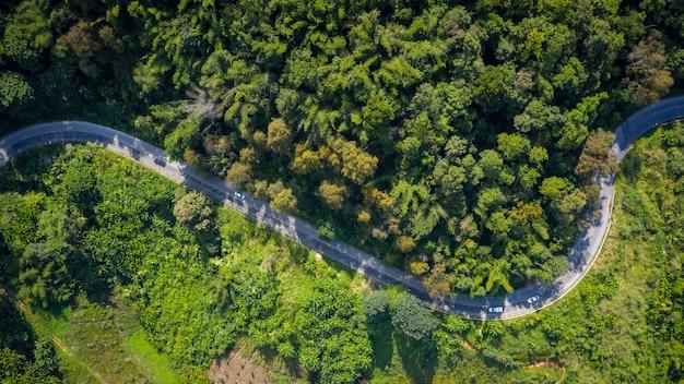 Strada rurale dei percorsi di montagna di vista aerea fra la città a doi chang chiang rai tailandia