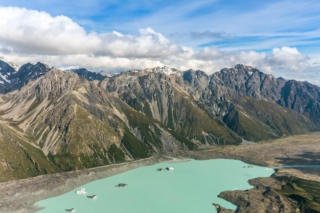 Vista aerea delle catene montuose nel parco nazionale del cuoco del supporto, nuova zelanda. sparato dall'elicottero.