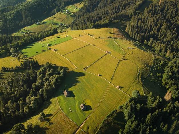 Vista aerea del villaggio di montagna nei carpazi in estate day