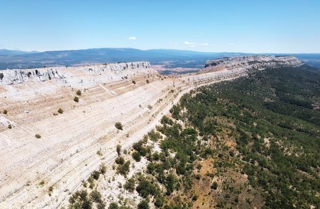 Vista aerea del paesaggio montuoso a santo domingo de silos, burgos, castilla y leon, spagna.