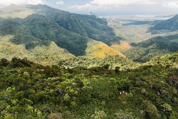 Vista aerea di montagne e campi nell'isola di mauritius.