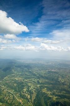 Vista aerea del paesaggio di montagne. cielo azzurro con nuvole minuscole