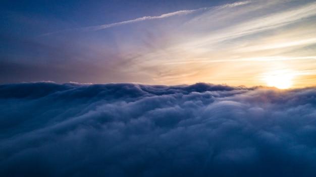 Vista aerea mistiche nuvole grigie invernali ammucchiate