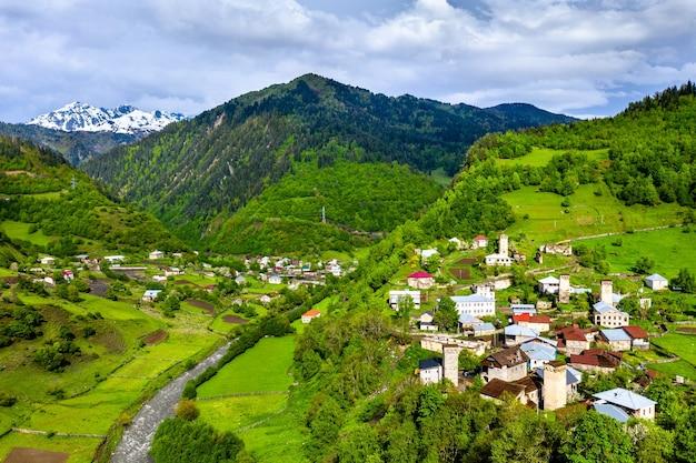 Vista aerea del villaggio di nakipari con tipiche case a torre. svaneti superiore, georgia