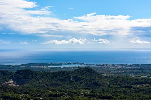 Vista aerea del porto naturale portocolom a maiorca, isole baleari