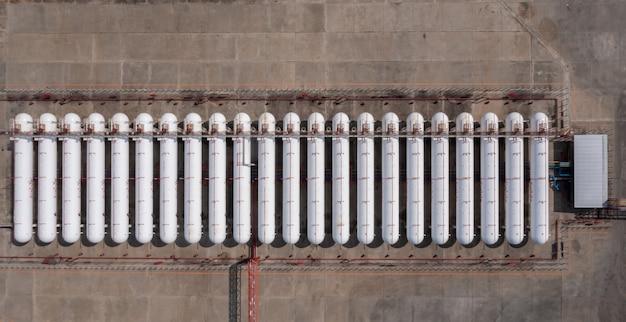 Serbatoio e conduttura di gas bianco naturale di vista aerea, prodotto di raffineria petrolchimica di petrolio chimico di stoccaggio del serbatoio presso la società terminale di stoccaggio di petrolio e gas