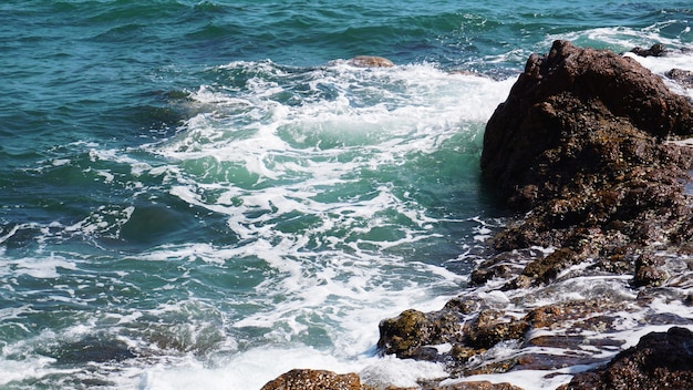 Vista aerea delle onde dell'oceano e della fantastica costa rocciosa - vacanze estive e concetto di avventura di viaggio nella natura.