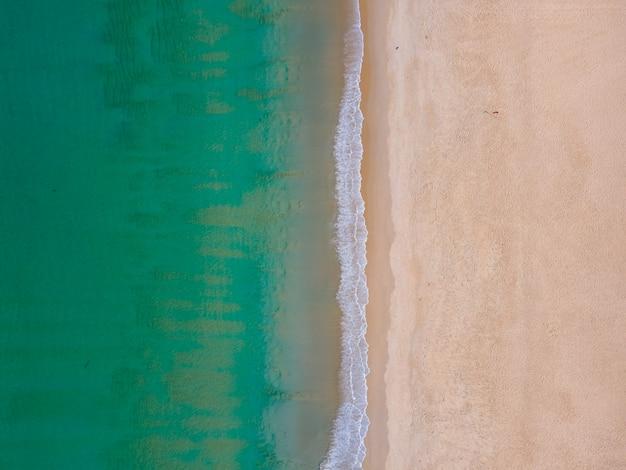 Vista aerea delle onde dell'oceano sulla grande riva