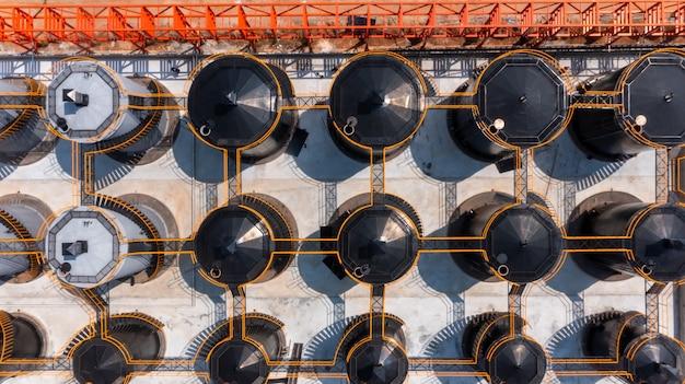 Serbatoio di stoccaggio di petrolio e gas con vista aerea per prodotti petroliferi presso la società di raffineria, serbatoi industriali per benzina e petrolio.