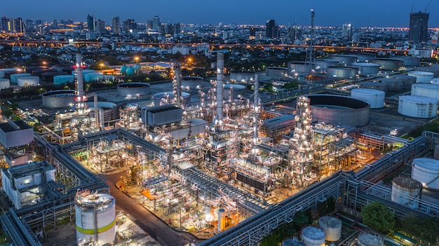 Raffineria di petrolio di vista aerea, pianta di raffineria, fabbrica di raffineria alla notte.