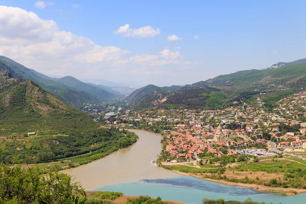 Vista aerea sulla città vecchia mtskheta e sulla confluenza dei fiumi kura e aragvi in georgia