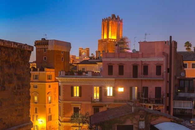 Vista aerea dei tetti della città vecchia di notte a roma, italia.
