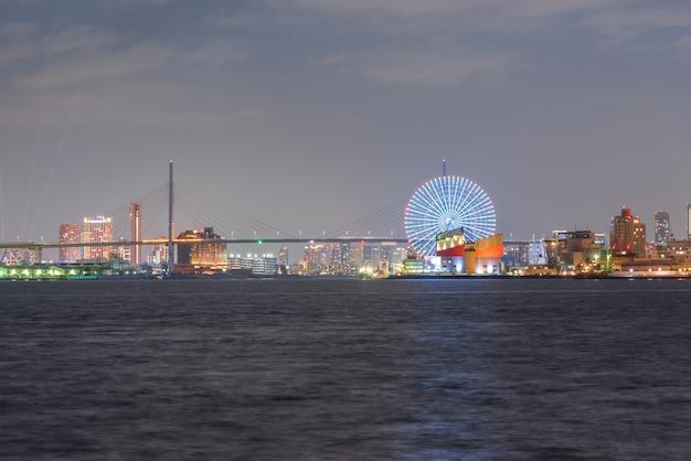 Vista aerea di osaka city skyline ferris wheel landmark, concetto della città della vita