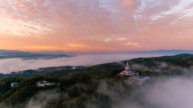 Pagoda di vista aerea sulla montagna e sulla bella nebbia nell'alba