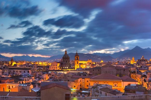 Veduta aerea di palermo con la chiesa del gesù, la chiesa del carmine e la cattedrale di palermo al tramonto, sicilia, italia