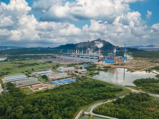 Vista aerea, vista panoramica di centrali a carbone in una vasta area la macchina sta lavorando per generare elettricità. cielo di alba bella mattina, mae moh, provincia di lampang, thailandia.