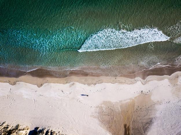 Vista aerea di una spiaggia paradisiaca in galizia, spagna.
