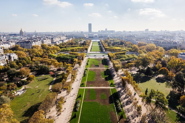 Vista aerea sulla città di parigi e sul campo di marte