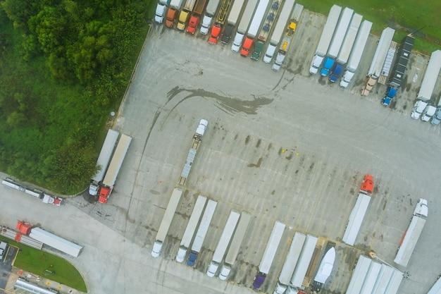 Vista aerea del parcheggio con camion sul trasporto del molo dell'area di sosta per camion