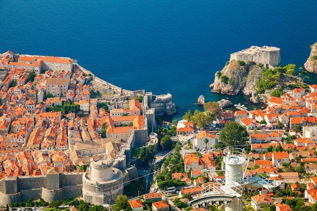 Vista aerea della parte della città vecchia di dubrovnik e fort lovrijenac, dalmazia meridionale, croazia