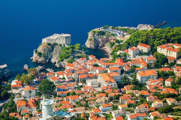 Vista aerea della parte della città vecchia di dubrovnik con fort lovrijenac, dalmazia meridionale, croazia