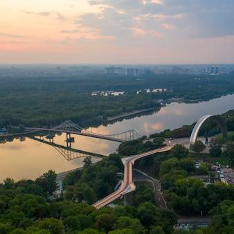 Vista aerea. il ponte pedonale a kiev