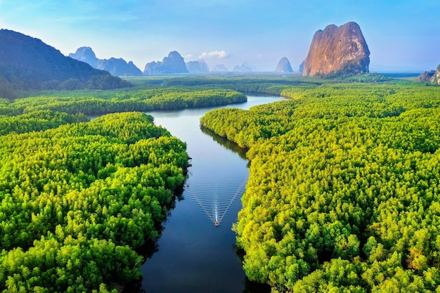 Vista aerea della baia di phang nga con le montagne all'alba in thailandia.