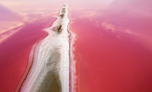 Veduta aerea del lago rosa e della sporgenza allungata dell'isola formata da sale e sabbia