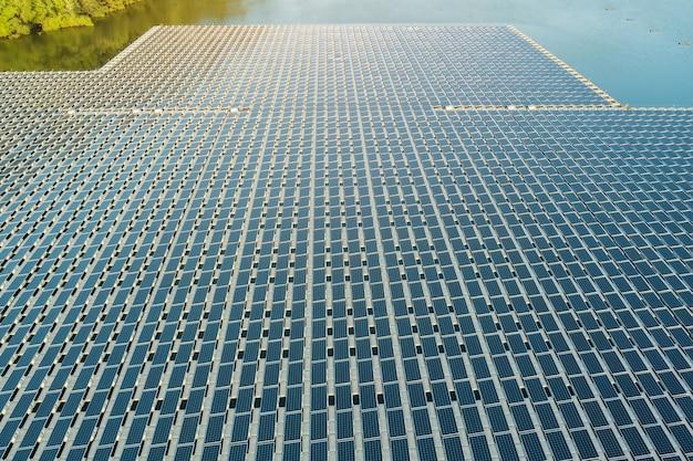 Vista aerea del sistema di piattaforme sul lago in pannelli di celle solari galleggianti