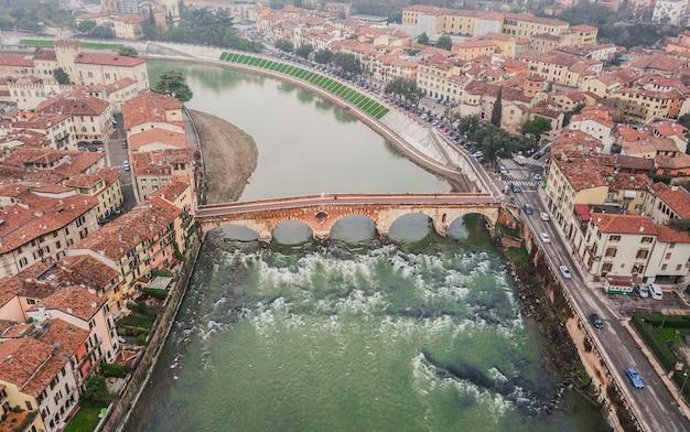 Veduta aerea di ponte pietra a verona