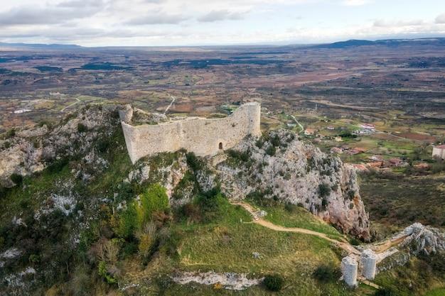Vista aerea del castello e del villaggio di poza de la sal a burgos, castiglia e leon, spagna.