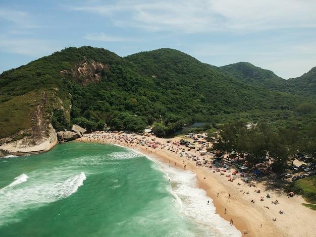 Vista aerea di praia da grumari, barra da tijuca, rio de janeiro. spiaggia di grumari. foto del drone. giorno soleggiato.