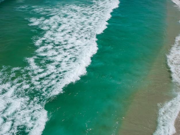Vista aerea di praia da reserva, barra da tijuca, rio de janeiro. spiaggia della riserva. foto del drone. giorno soleggiato.