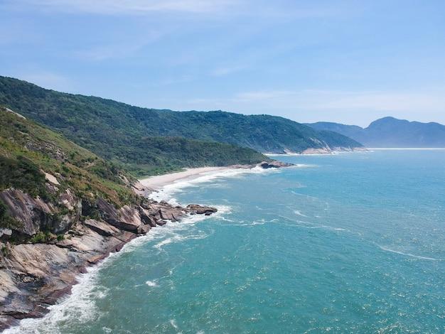 Vista aerea di praia do perigoso e pedra da tartaruga, rio de janeiro. giornata di sole, foto del drone.
