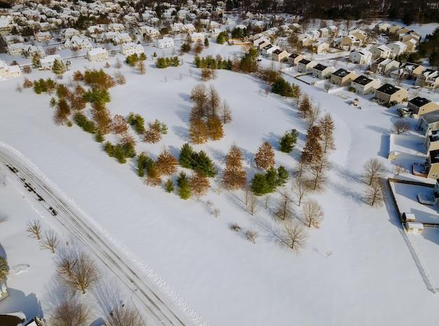 Vista aerea sopra i giardini delle case residenziali della città privata