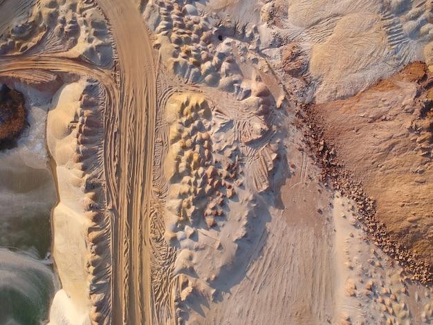 Veduta aerea della cava di sabbia di quarzo. luogo industriale in ucraina. nessuno