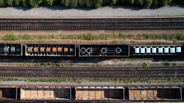Vista aerea della stazione merci di smistamento ferroviario con vagoni ferroviari, con molti binari ferroviari.