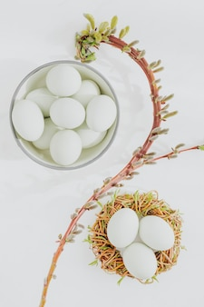 Vista aerea di uova crude su un tavolo di marmo bianco
